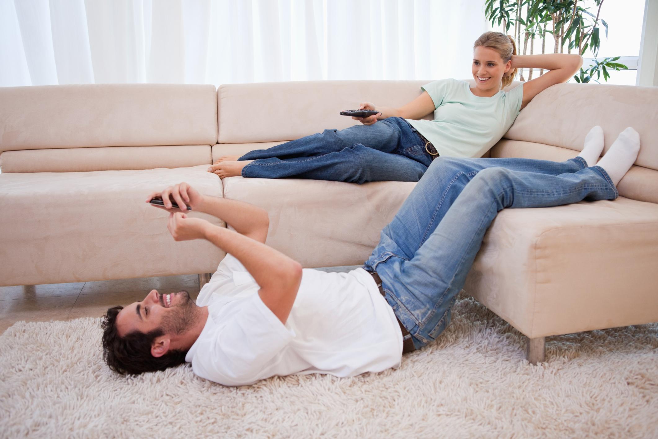 Трахнул пока муж смотрел футбол с другом, Жена тихо изменяет мужу с его лучшим другом во время 11 фотография